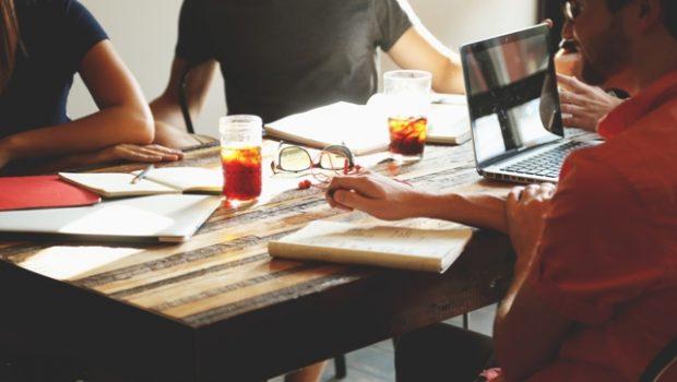 שלא כמו בעבר, ההחלטה היכן לחסוך לקראת הפנסיה איננה שמורה בידי המעסיקים. מלבד עצמאיים, גם השכירים יכולים להחליט בדיוק באיזה מכשיר פיננסי עדיף להם לחסוך לקראת הפנסיה.